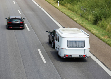 What is the safest rear-view mirror to use when towing a caravan?
